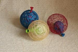 Обматываем шарик нитками