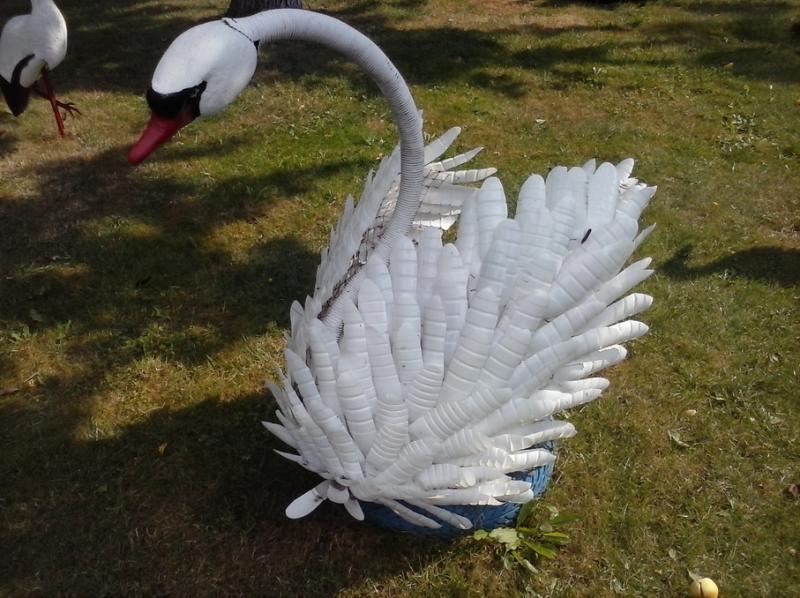 Лебеди из пластиковых бутылок для сада пошагово
