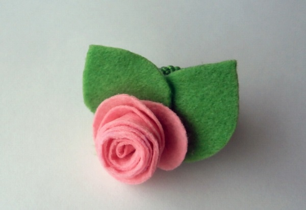 скрученная роза из фетра