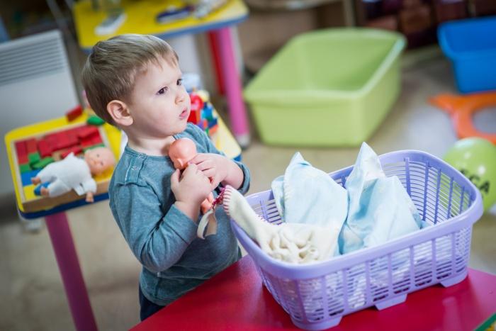 сын играет в куклы