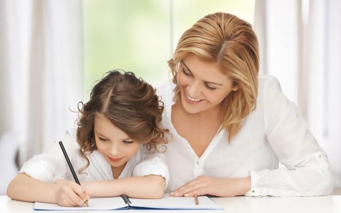ребенок делает уроки