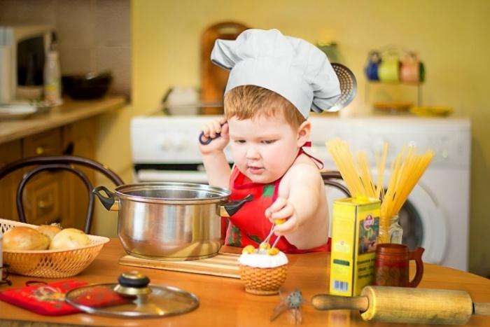 малыш готовит