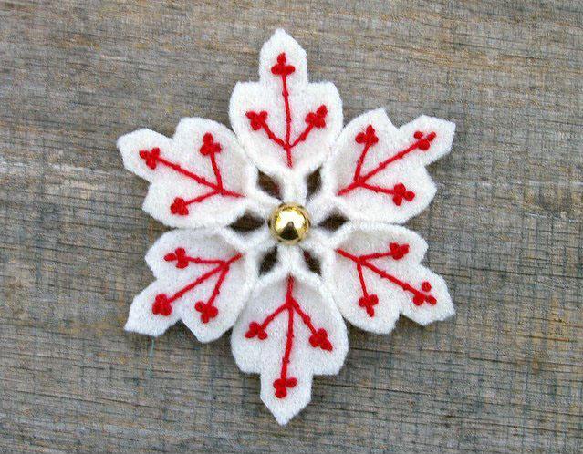 снежинка с красной вышивкой