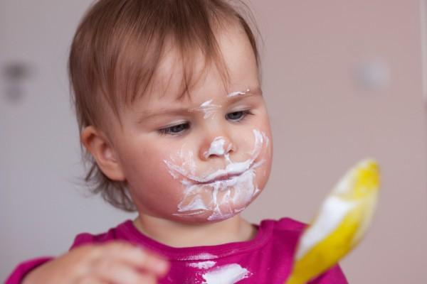 ребенок балуется едой