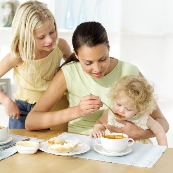 кормим ребенка с ложечки