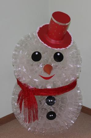 Снеговик из прозрачных пластиковых стаканчиков своими руками