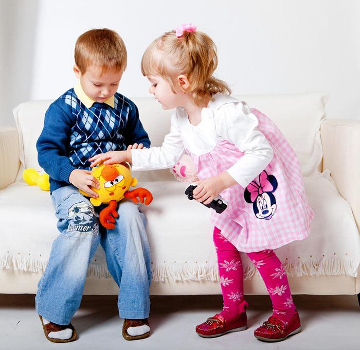 мальчик играет в куклы